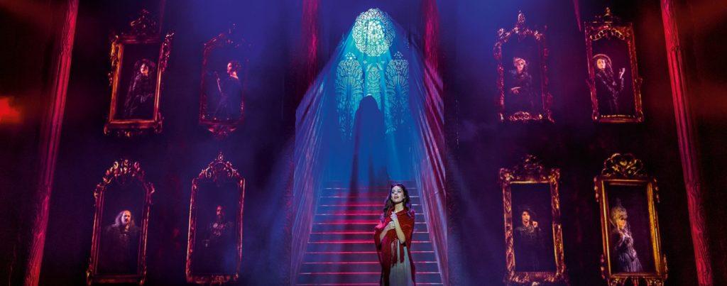Tanz der Vampire: Szenenbild 1.Akt Diana Schnierer (Sarah) Drew Sarich (Graf von Krolock) (c) VBW Wien